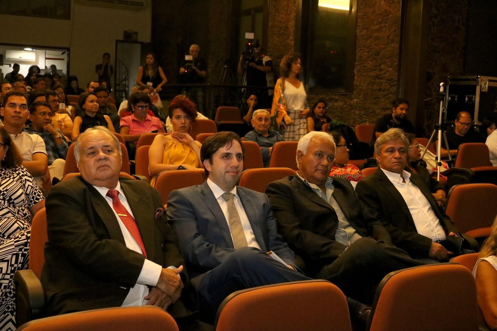 O filho do homenageado com o nome do prêmio, secretário de Turismo do Pará, João Ramid e Luiz Pires.