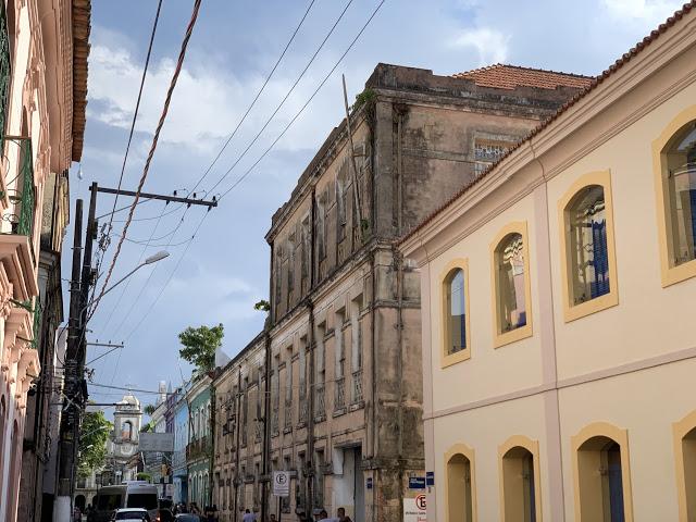 A primeira rua de Belém: Siqueira Mendes, tendo ao fundo a Igreja de Nossa Senhora do Carmo (Foto:Rogério Almeida)