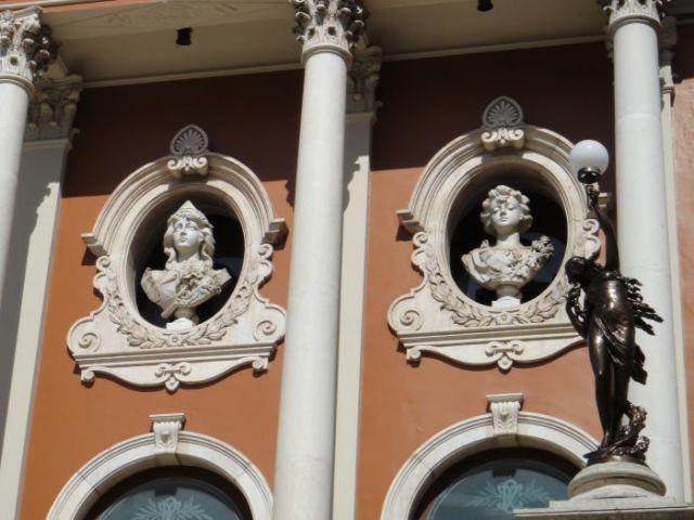 Bustos simbolizando as artes: Dança, Poesia, Música e Tragédia no Theatro da Paz (Foto: Rogério Almeida)
