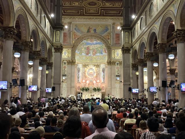 Dentro da Basílica de Nossa Senhora de Nazaré (Foto: Rogério Almeida)